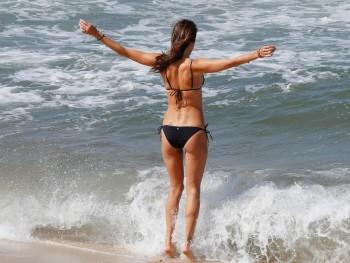 Alessandra Ambrosio - Wallpaper - Beach - 1600 x 1200 - x 1