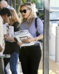 Reese Witherspoon shopping for magazines before heading to lunch in Los Angeles October 7-2015 x14