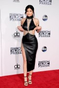 """Kendall Jenner and Kylie Jenner """"The 2015 American Music Awards - Arrivals held at Microsoft Theatre """" Los Angeles, CA 22.11.2015 (x185) Updated 2 E402c9448906767"""