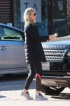 Gwyneth Paltrow gives cash to a man in Brentwood 29 December 2015 x5